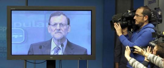 Los periodistas siguen comparecencia de Rajoy en una pantalla. No admite preguntasesidente no acepta preguntas. Foto: J.J. Guillén / EFE.
