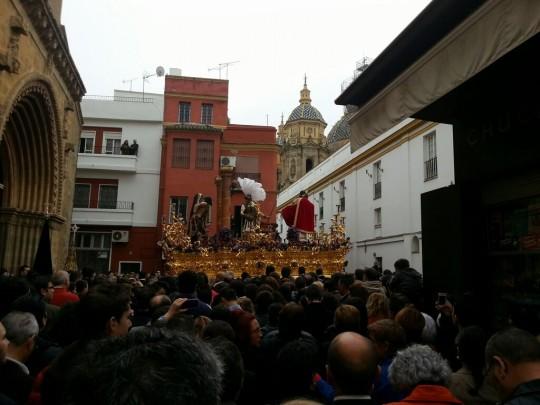 El paso de Cristo de Torreblanca tras salir de Santa Marina