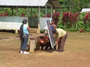 Instalación panel solar en Tutin Entza, Ecuador
