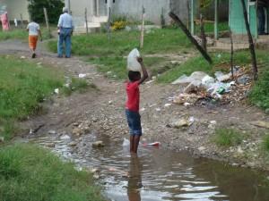 Niña cogiendo Agua en Dominicana
