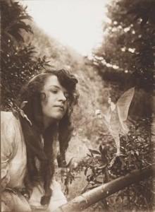 El hada ofrece flores a Iris. Elsie Wright y Frances Griffiths. 1917