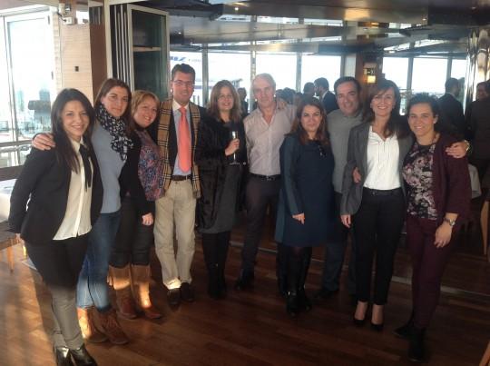 Cristina Medina, con compañeros de los servicios téc nicos de  la CEC