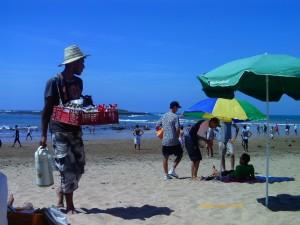 El tipo del termo y los frutos secos, un habitual de las playas marroquíes