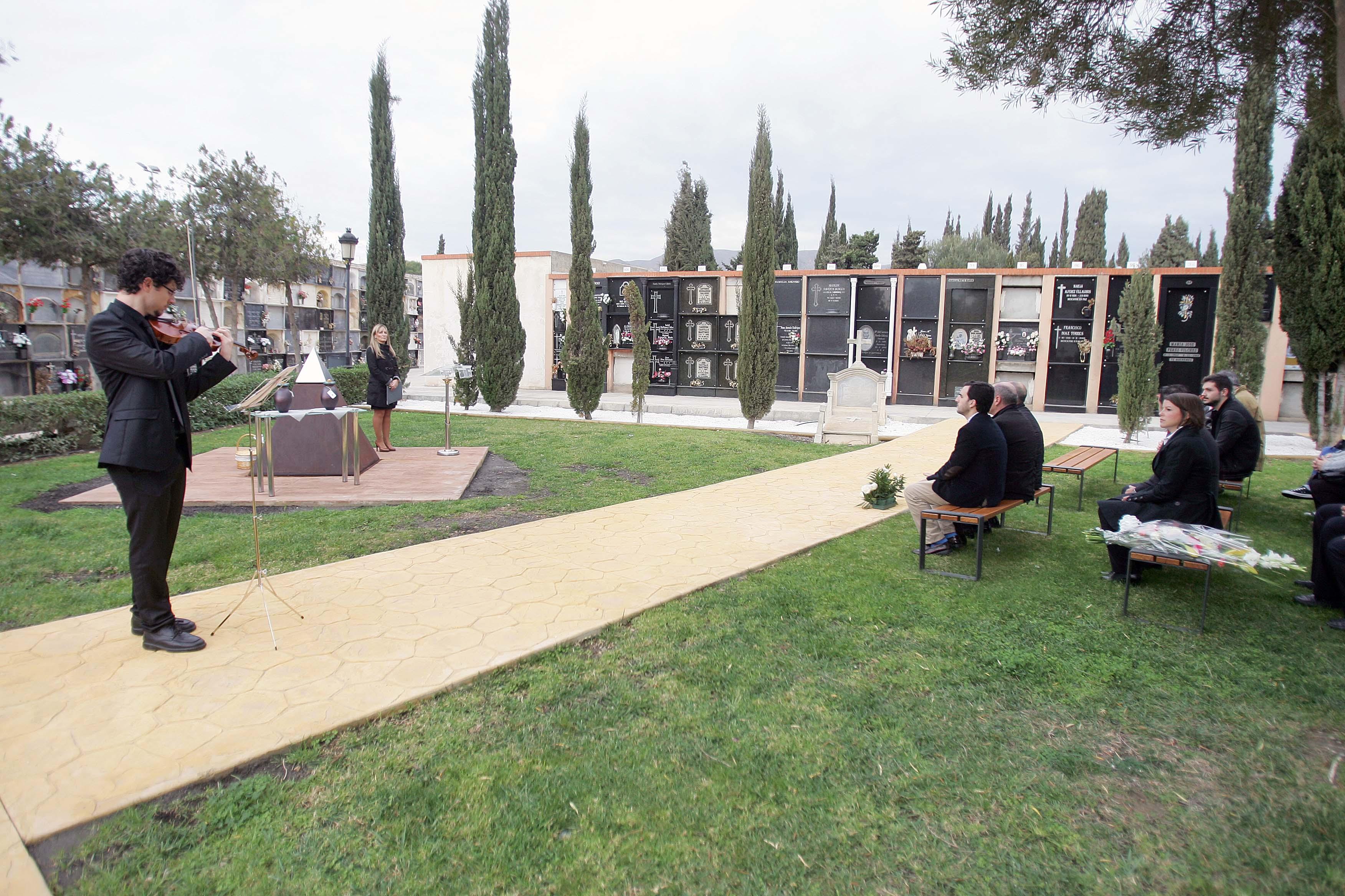 Ciudadano a archivo r quiem por la concesi n funeraria for Cementerio parque jardin del sol pilar