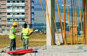 un obrero español dialoga con obrero inmigrante, construcciones de v