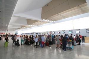 RG080817- MUCHA GENTE EN AEROPUERTO DE ALMERIA - TURISMO - PARADA TAXIS