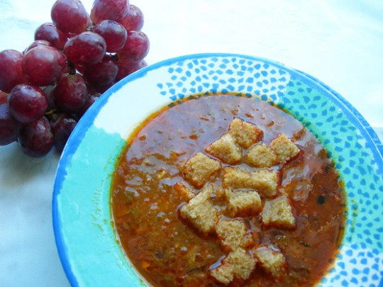 Sopa de tomates y uvas negras