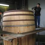Elaboración de fudre de gran tamaño en tonelería en Burdeos