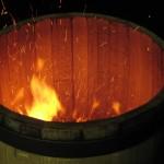Tostado interno de barrica con el serrín producido durante el corte de las duelas del mismo roble