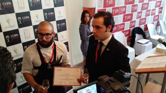 Alberto Montes y José löpez-Montenegro recogiendo diploma ganador