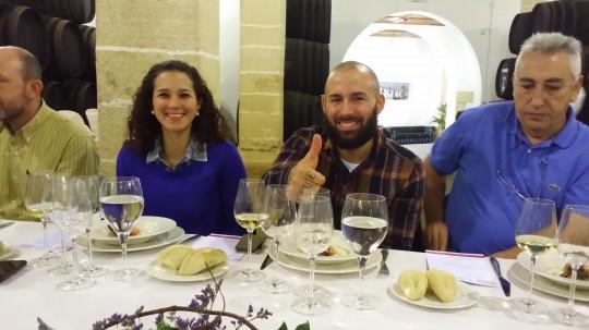 Disfrutando de almuerzo con Alberto Montes y novia relajados