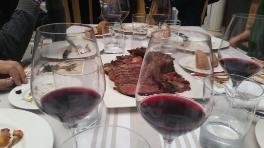 Txuleton de buey de Sagardi con vino Malebc de Mendoza en Sagardi