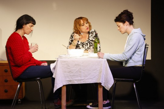 Ana Iglesias, Olga Salut y Elena de Cara, en 'Tres'.