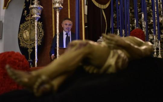Capilla del Baratillo Meditación de Alberto García Reyes ante el Cristo  Va del día en el Fiscal