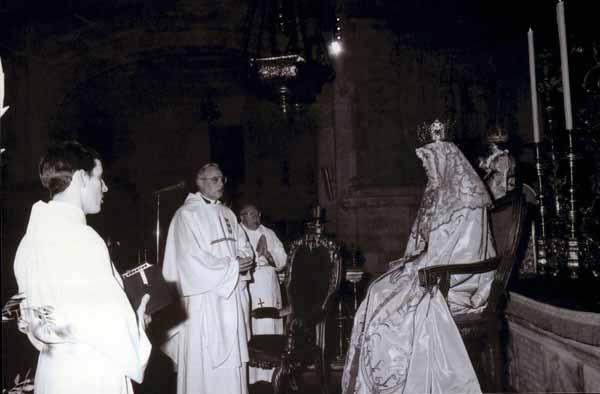 Monseñor Amigo en su primer besamanos de la Virgen de los Reyes, acompañado por el padre Estudillo y un jovencísimo hermano Pablo. / Martín Tejedor