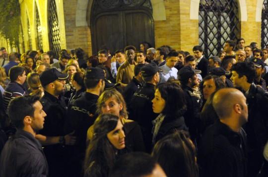 Madrug‡ Peleas y gente corriendo en la calle Cuna y Encarnaci—n.
