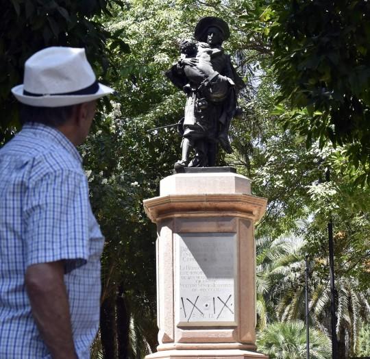 Foto de la estatua de Miguel de Mañara en los jardines de la Caridad