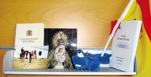 Una fotografía de la Esperanza Macarena, junto a un ejemplar de la Constitución y una foto de Alberto Jiménez-Becerril.