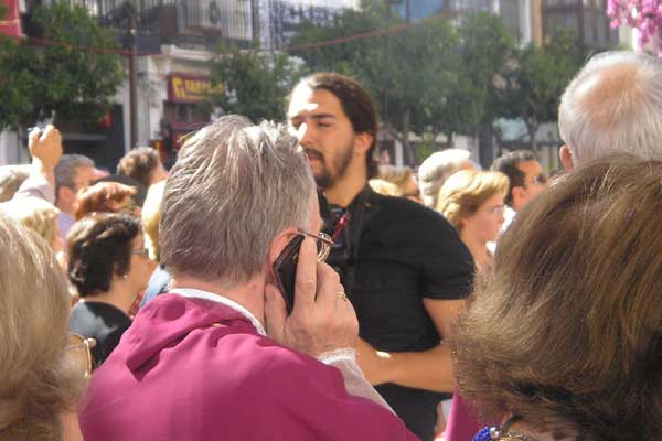 El obispo de Lourdes habla por móvil en plena procesión del Corpus.