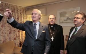 Visita de las autoridades religiosas y civiles a casa del pregonero de Semana Santa, Francisco Berjano