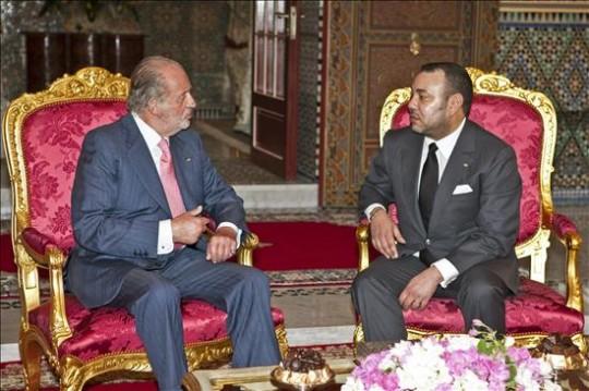 El rey Juan Carlos durante una reunión con el soberano de Marruecos, Mohamed VI, en 2011. EFE