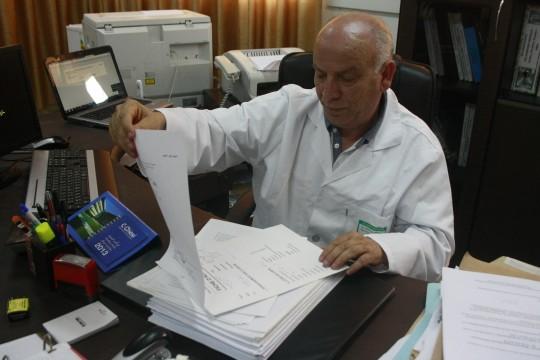 El doctor Samir Maatoug muestra la ficha de las autopsias. / S.R