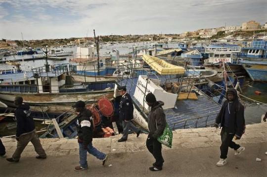 © ACNUR/F.Noy. Estas personas acaban de llegar a la isla italiana de Lampedusa tras cruzar el Mediterráneo en un barco destartalado.
