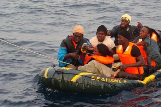 Balseros subsaharianos en el Estrecho. / Salvamento Marítimo