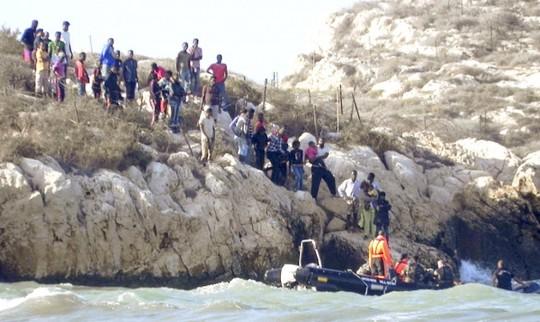Foto del desalojo de Isla de tierra. / EFE