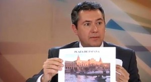 Espadas enseña la Plaza de España como ejemplo de logros de gobierno