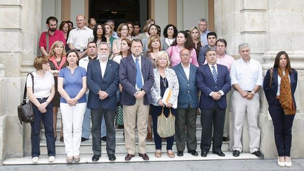 Los concejales del Ayuntamiento de Sevilla, concentrados por las muertes del terremoto de Lorca. / José Ángel García