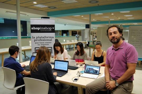 Jorge Molinero, con el equipo de 'Shopinshop'.