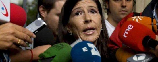 Juana Gálvez, la secretaria de juzgado sancionada, habla con los periodistas el día después de la huelga. (Foto, Telecinco)