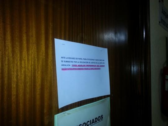 El cartel que recibe a los usuarios en un juzgado de Sevilla