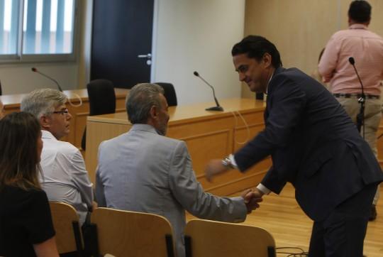 El abogado Miguel Villegas saluda a su cliente, el ex concejal Gonzalo Crespo. Foto: José Ángel García