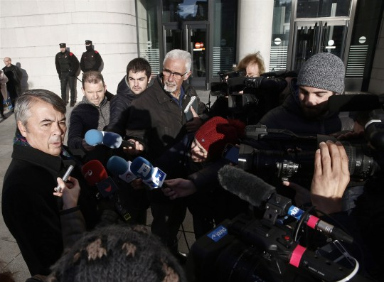 El abogado sevillano Agustín Martínez atiende a los periodistas a las puertas de la Audiencia de Navarra.