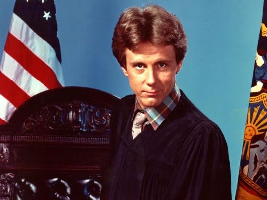 El actor Harry Anderson, el juez Stone....
