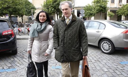 Los jueces María Núñez Bolaños y Álvaro Martín, en los juzgados de Sevilla.