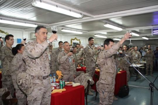 Varios militares brindan por el Rey en la cena de Nochebuena en la base de apoyo avanzado de Herat (Afganistán).