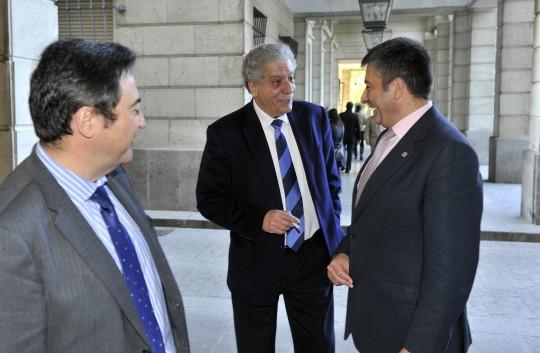 Los fiscales delegados de Anticorrupción conversan con uno de los peritos de la Intervención General de la Administración del Estado (IGAE).