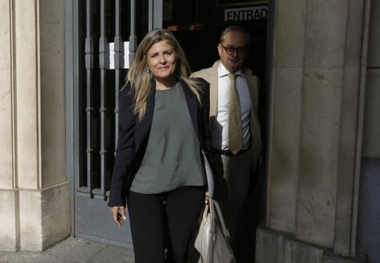 La ex alcaldesa de Bormujos, Ana Hermoso abandona la audiencia despues de ser delarada culpable de cohecho.