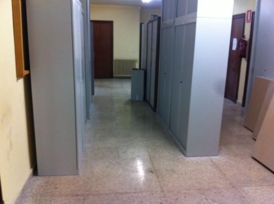 Los armarios apilados en los pasillos del juzgado donde se produjo el incendio