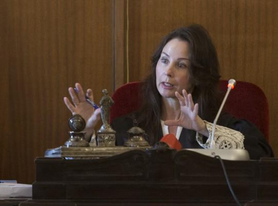 La juez Mercedes Alaya, con la toga, presidiendo un juicio con jurado.