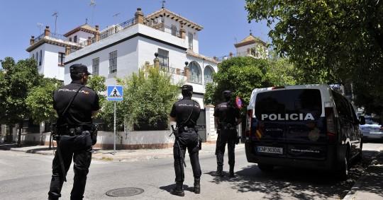 La Policía registra la vivienda del ex consejero Ángel Ojeda en el barrio de Heliópolis de Sevilla