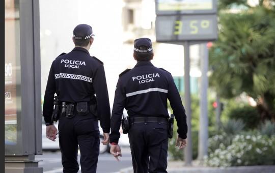 Una pareja de la Policía Local, de patrulla por la ciudad.