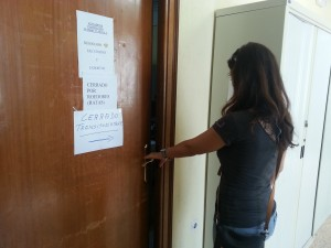 """Un cartel advierte de que la oficina está """"cerrada por roedores (ratas)"""""""