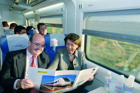 El ex consejero Gaspar Zarrías, en un tren con la ex ministra de Fomento Magdalena Álvarez, también imputada en los ERE.