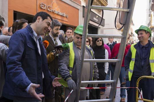 Juanma Moreno habla con trabajadores por la calle. / Foto: Antonio Pizarro