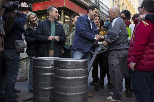 Juanma Moreno saluda a un trabajador por la calle. / Antonio Pizarro