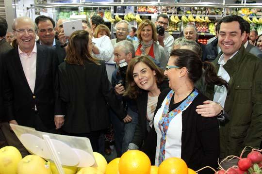 Soraya Sáenz de Santamaría, con el alcalde de Huelva y Juanma Moreno en el mercado del Carmen. / Foto: Alberto Domínguez